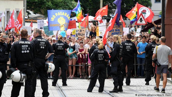 Protest gegen Demonstration von Rechtsextremisten in Karlsruhe-Durlach (picture-alliance/dpa/U. Deck)