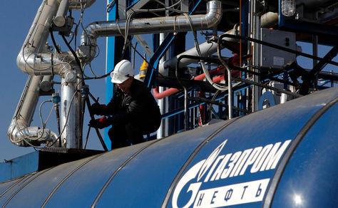 Un operario de Gazprom tarbaja en una de las instalaciones en Rusia. Foto: Argentina Shale