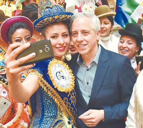 El Vicepresidente sonríe en una selfi con fraternos y amigos de la fiesta delGran Poder.