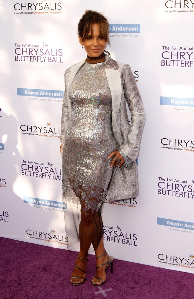 Halle Berry, bromeando con el tamaño de su barriga.
