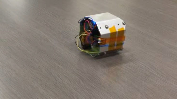 Japón presenta un minirobot que podría explorar planetas a saltos (VIDEO)