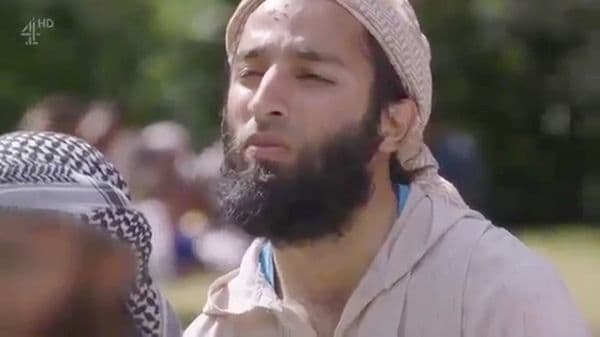 Khuram Shazad Butt en un documental en el que desplegó la bandera del ISIS en un parque de Londres