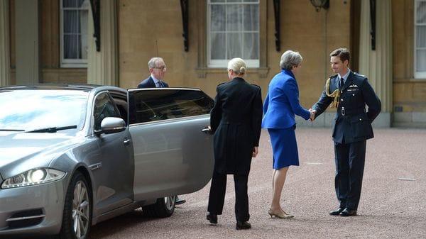 Theresa May ingresa al palacio de Buckingham (AP)