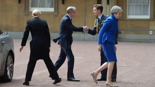May fue al palacio junto a su esposo, Philip (AP)