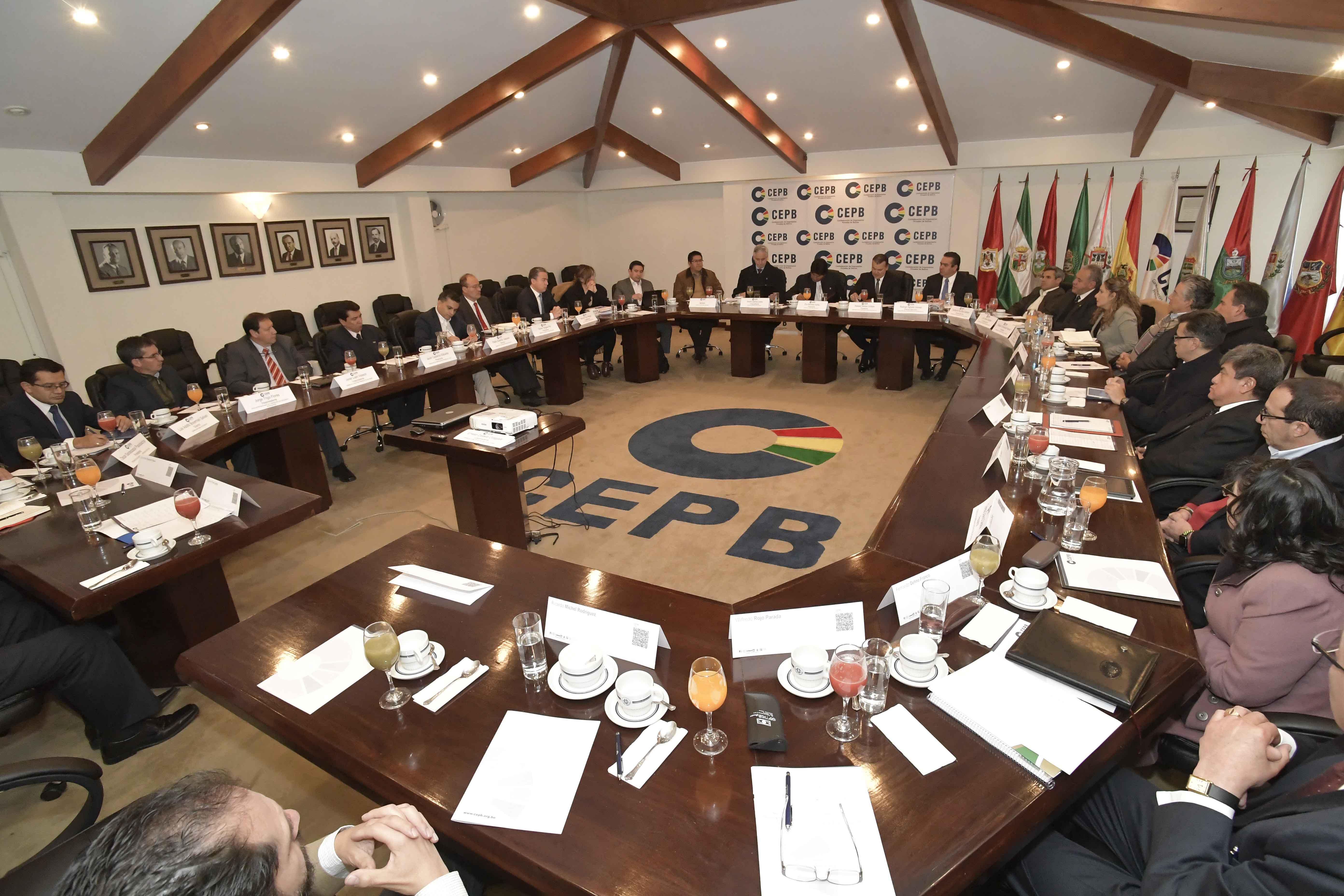 Evo pacta con empresarios crear Consejo Económico