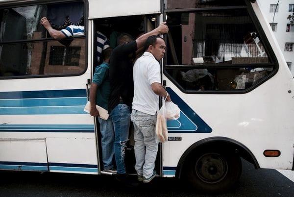 Millones de venezolanos utilizan a diario el servicio privado de buses operado por una cooperativa de conductores que ayuda a movilizar a los trabajadores, en ciudades donde servicios como el subterráneo son manipulados por el régimen de Maduro