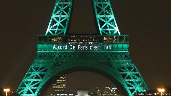 Frankreich Eifelturm im Zuge des COP21 Pariser Klimaabkommen 2016 grün erläuchtet (Getty Images/AFP/P. Kovarik)