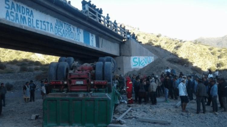 Camión cae desde un puente y deja dos muertos en Sucre