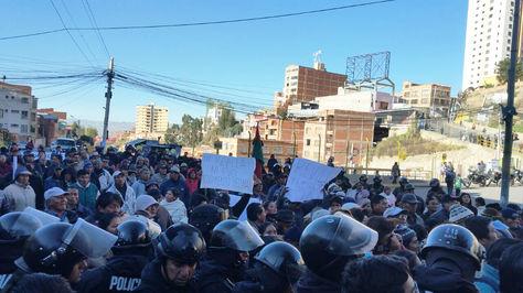 Vecinos de San Antonio intentan bloquear la avenida Pasoskanki en medio del control policial.
