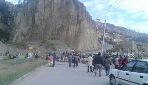 Bloqueo en ciudad La Paz por juntas vecinales en rechazo a la Ley de Fiscalización.