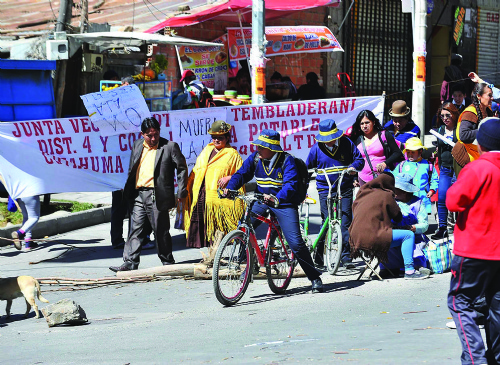 Vecinos protestan frente a la Alcaldía y provocan dos heridos