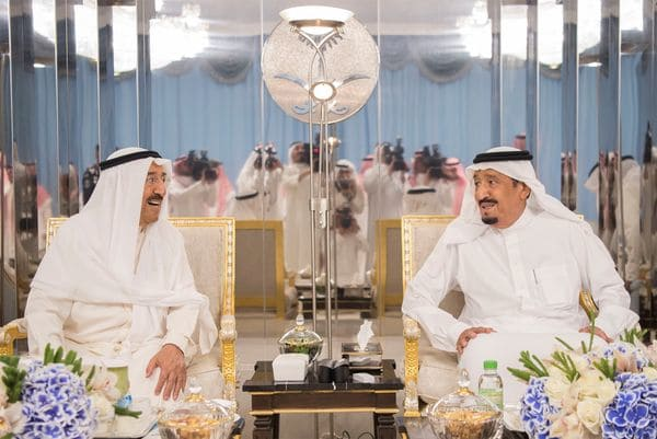 El emir de Kuwait y el rey saudita discuten la crisis en el Golfo (Reuters)