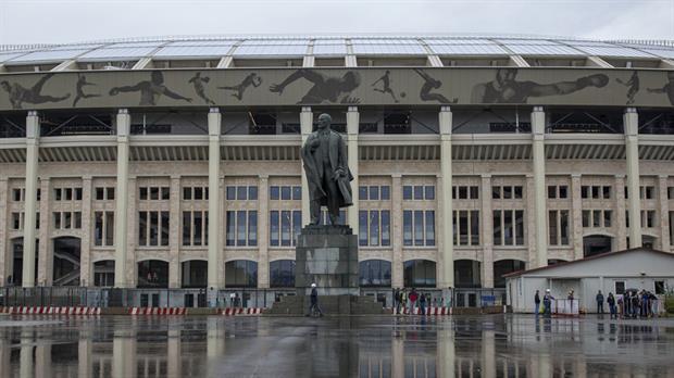 El monumental exterior del estadio Luzhniki, dónde se jugará dentro de un año el partido inaugural de Rusia 2018, con la estatua de Lenin como referencia ineludible