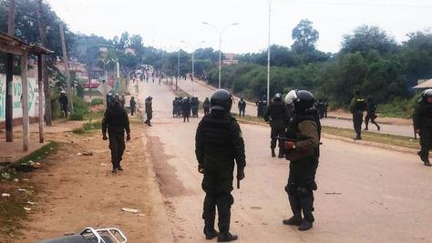 Policías intentan desbloquear la avenida principal de Camiri. Fue la mañana de este viernes.