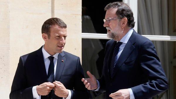 Emmanuel Macron junto a Mariano Rajoy el viernes (AFP)