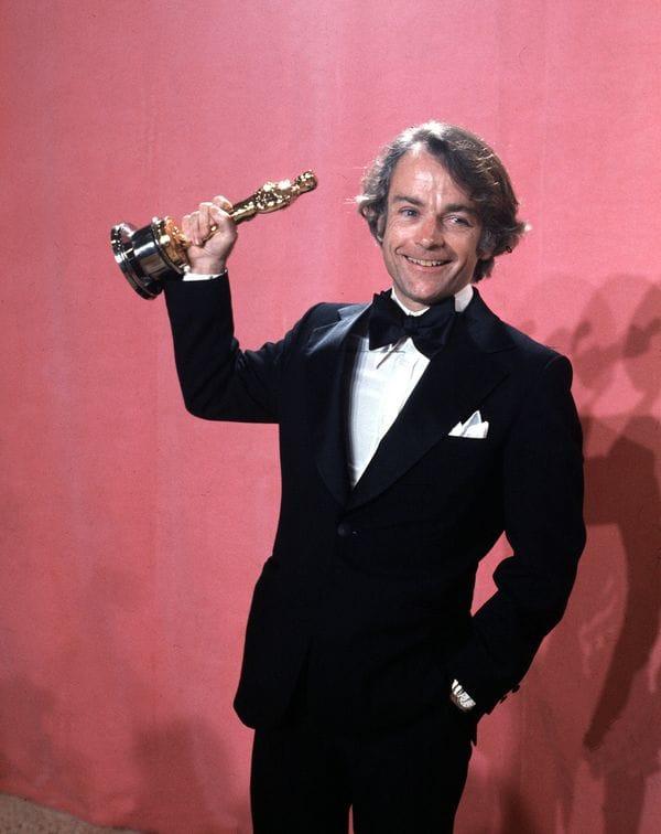 Avildsen al recibir la estatuilla del Oscar por Rocky en 1976. (AP Photo. File)