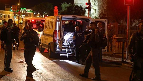 Un grupo de paramédicos se llevan los cuerpos de tres palestinos involucrados en el ataque en Israel. (Reuters)