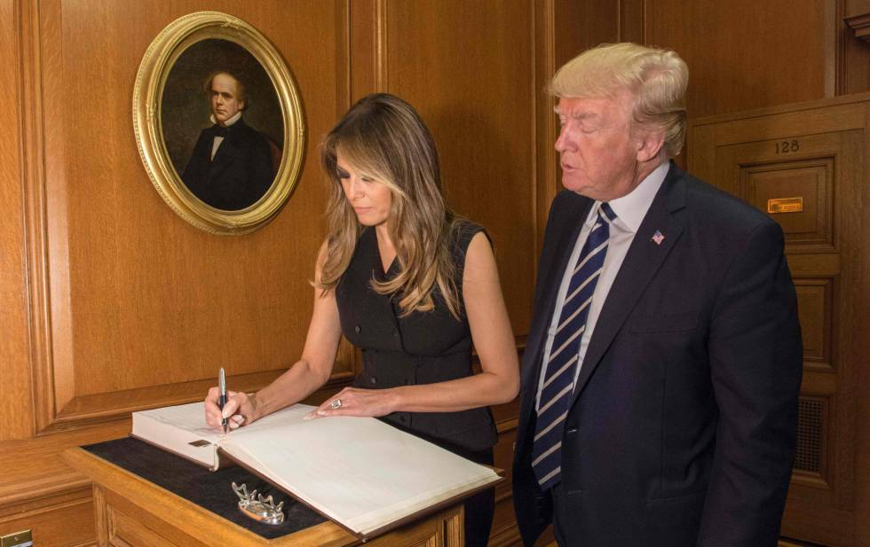 Melania Trump firma en el libro de visitantes de la Corte Suprema durante su visita de este jueves.