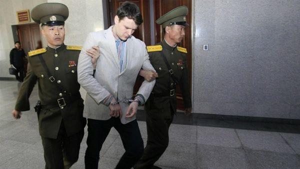Warmbier tras el juicio en el que fue condenado a 15 años de trabajos forzados