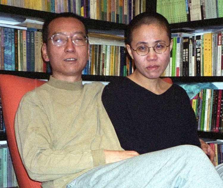 Liu Xiaobo y su esposa Liu Xia en una foto de 2002 (AFP)
