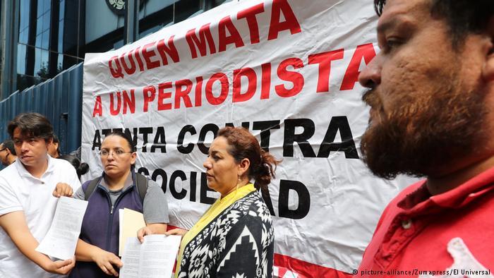 Mexiko Angehörige des mexikanischen Journalisten Salvador Adame (picture-alliance/Zumapress/El Universal)