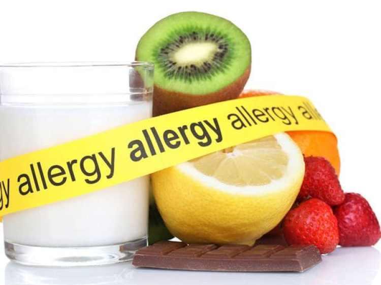 Los expertos dicen que se necesita que más adultos hablen sobre sus experiencias de alergias alimentarias y ayuden a disminuir la idea de que los alérgicos son diferentes, algo que suele alimentar el bullying