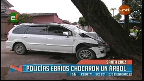 Policías ebrios estrellan su vehículo en un árbol