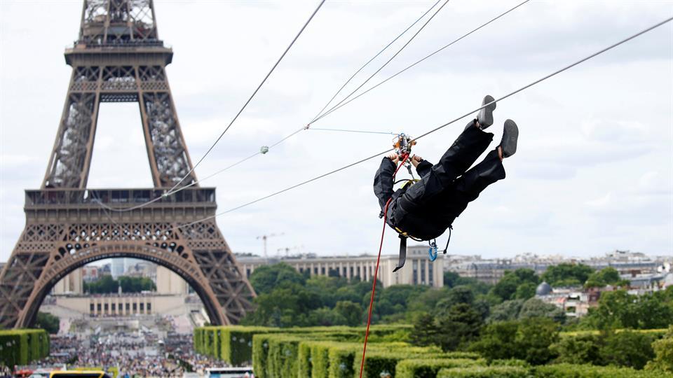 Instalan tirolesa a 115 metros de altura — Torre Eiffel