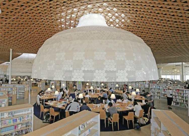 La zona de lectura de la biblioteca Chuo, en Gifu (Japón), con una espectacular estructura en forma de paraguas (Ryuzo Suzuki/The Yomiuri Shimbun)