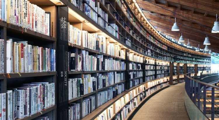 El ayuntamiento de Tagajo, en la Prefectura de Miyagi (Japón), abrió su nueva biblioteca y externalizó toda su operación a Tsutaya, una empresa especializada en libros, música y videos.