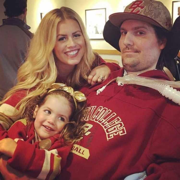 Pete Frates junto a su esposa Julie y su pequeña hija. El hombre padece ELA y fue internado de urgencia en el Hospital General de Massachusets