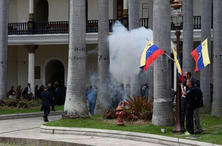 Colectivos chavistas bloquearon las puertas del Parlamento de Venezuela durante siete horas (AFP)