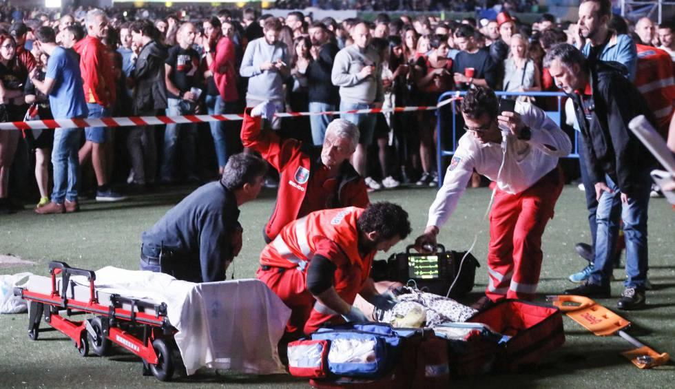 Los servicios de urgencia atienden al acróbata herido en el festival Mad Cool este viernes.