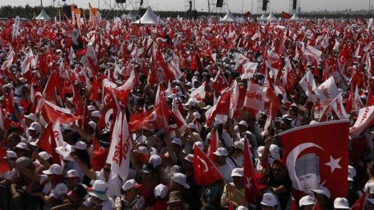 """Una columna de personas durante el final de la """"Marcha de la Justicia"""" iniciada en Ankara hace 25 días (AP)"""