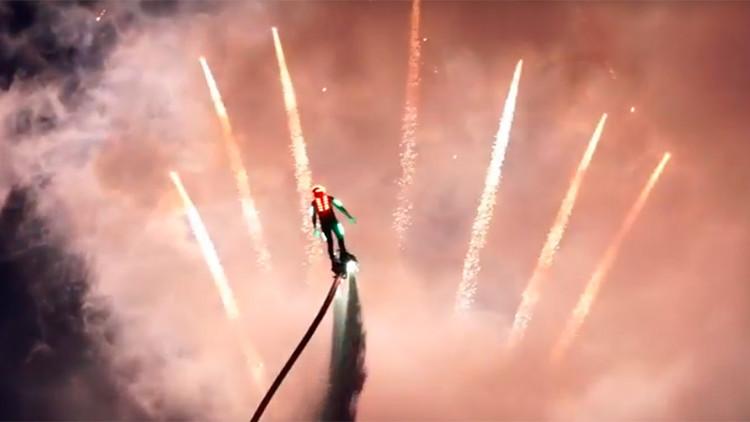 VIDEO: Acróbatas en 'flyboard' iluminan el cielo de Moscú en un imponente espectáculo nocturno