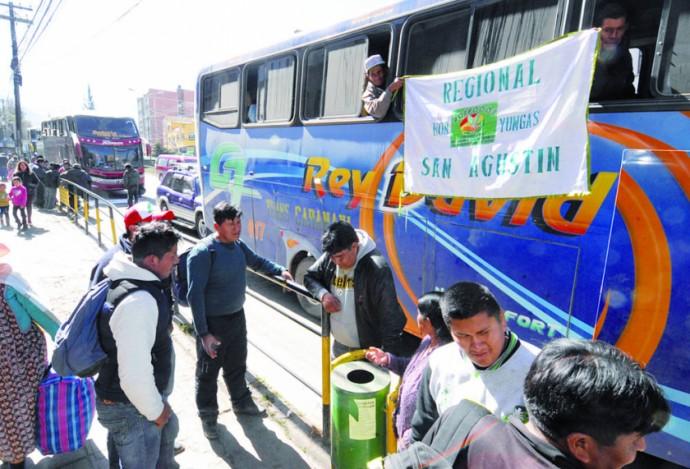 viaje. Más de 23 buses con 1.500 cocaleros partieron anoche de la ciudad de La Paz rumbo a Sucre.