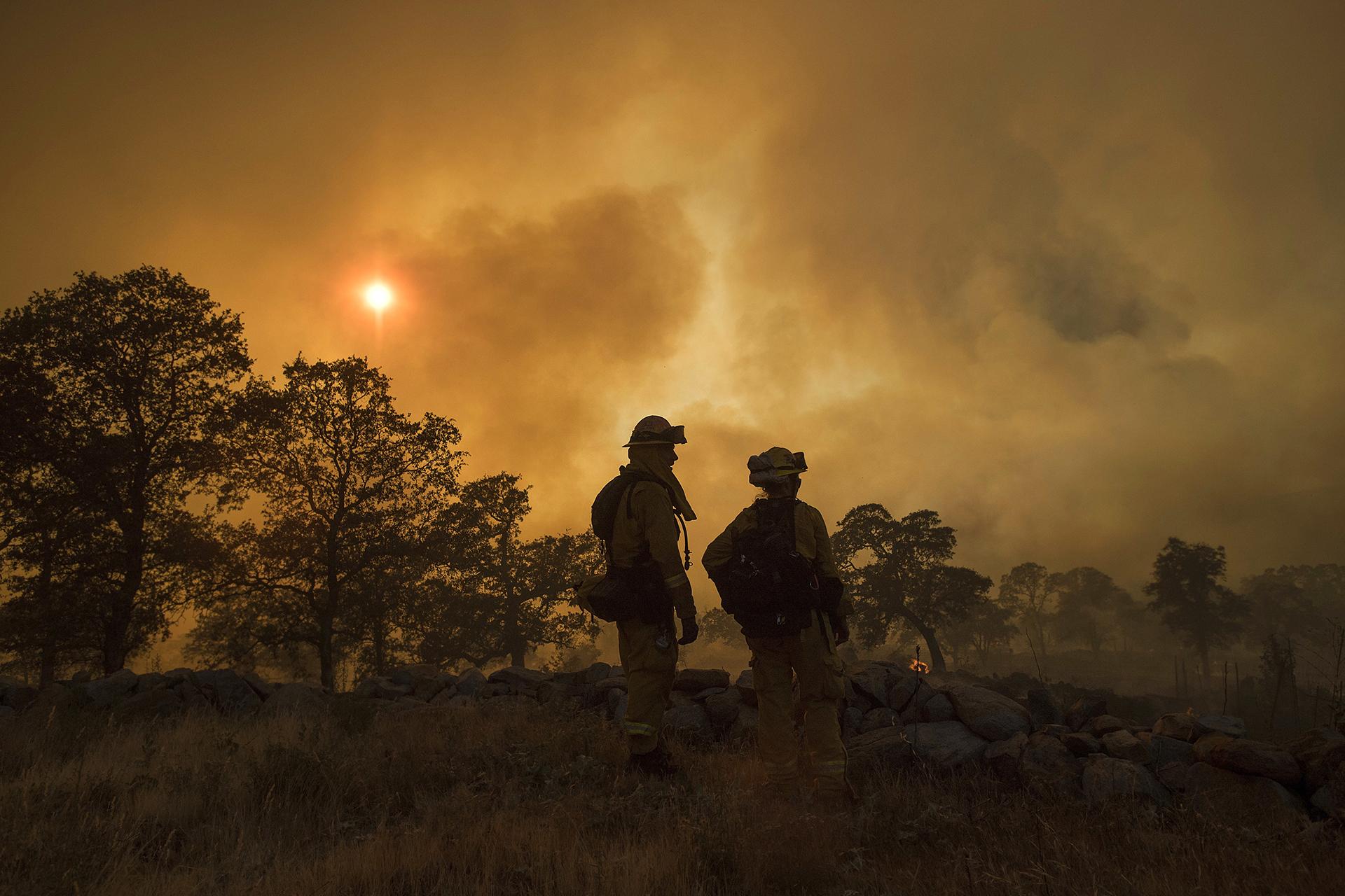 """""""Hay mucha cosa puede arder"""", dijo la portavoz del condado de Santa Barba Gina DelPinto quien señaló que los incendios estás estimulados por la baja humedad, el elevado calor y los vientos."""