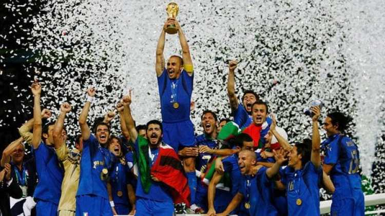 Fabio Cannavaro, junto con sus compañeros de la Selección de Italia, celebra la Copa del Mundo obtenida frente a Francia en el Mundial de Alemania 2006 (Getty Images)