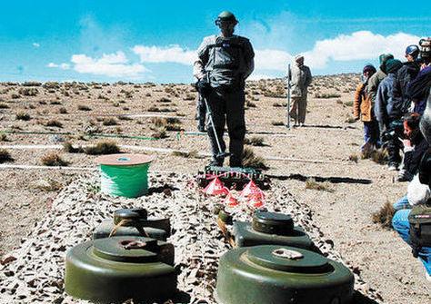 Dos minas antipersonales en la pampa Minatawa de la zona fronteriza de Chile y Bolivia en 2005. Foto: La Razón - archivo
