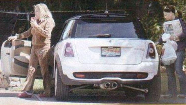 La conductora y su supuesta pareja se bajan de su vehículo