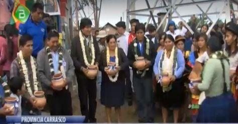 El presidente Evo Morales en el acto de inauguración de un campo deportivo en Isarzama.