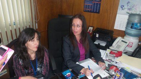 La directora de Migración, Cosset Estenssoro junto a la funcionaria Silvia Renjel.