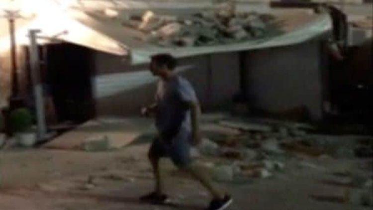 Un hombre camina entre los escombros en la isla de Kos (Reuters)
