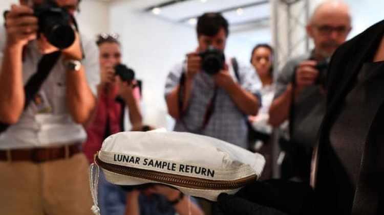 La bolsa había sido valorada en hasta USD 2 millones, pero su precio final fue de USD 1,8 millones y esla única muestra de material lunar que se encuentra legalmente en manos privadas (AFP)