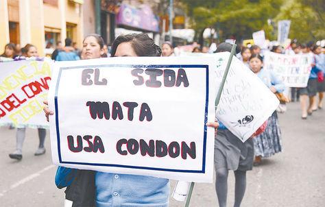 Protesta. Activistas y estudiantes salieron a las calles para pedir a la gente que se cuide el VIH, en 2016.