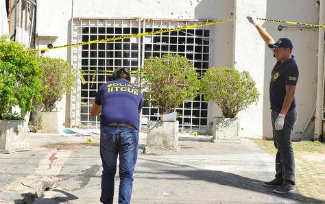 Peritos trabajan en el lugar del atraco en Santa Cruz de la Sierra. Foto: APG