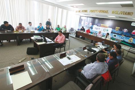 Reunión. Dirigentes de la Liga durante el encuentro de ayer en la ciudad de Santa Cruz. Foto: APG