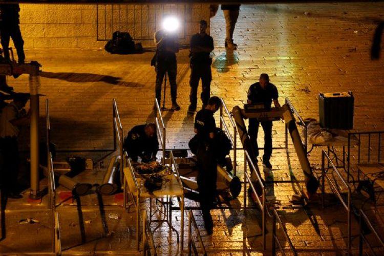 Las fuerzas de seguridad israelíes remueven los detectores de metales en el Monte del Templo, en la Ciudad Vieja de Jerusalén este lunes a la noche (Reuters)