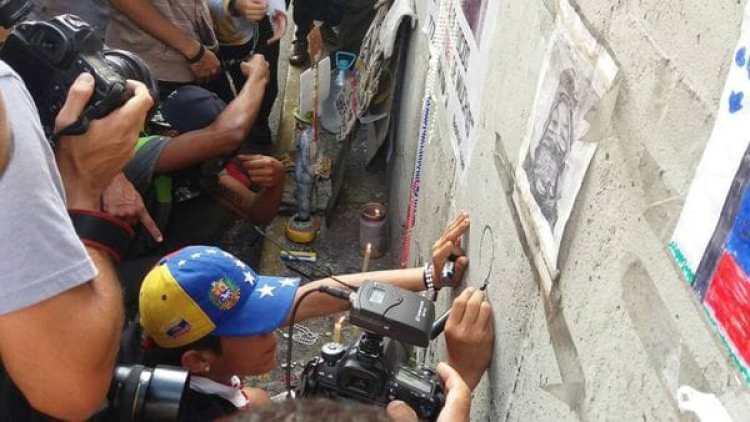 Las personas dejaron banderas, rosarios y mensajes alusivos a la libertad