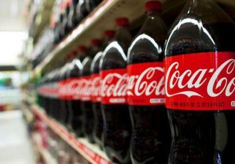 Botellas de Coca-Cola en un supermercado. Foto: archivo